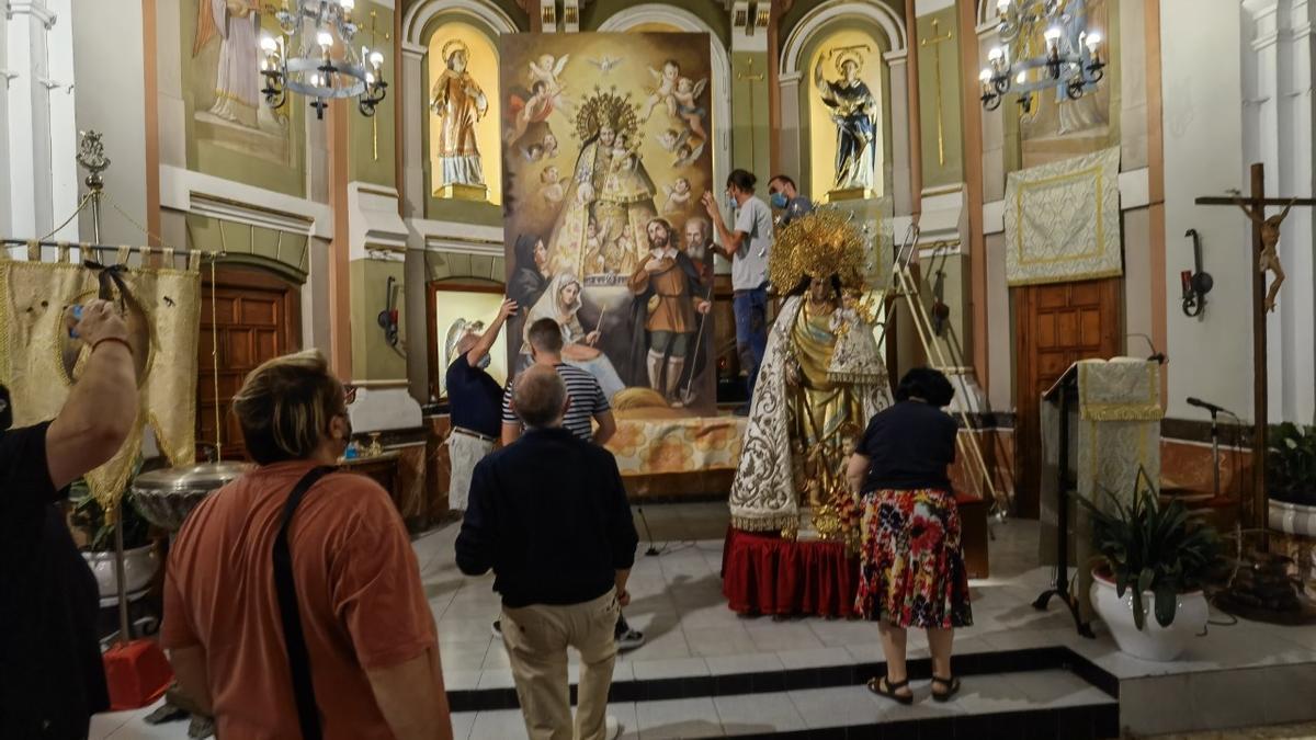 Imagen y pictograma de la Virgen de los Desamparados, ante los feligreses