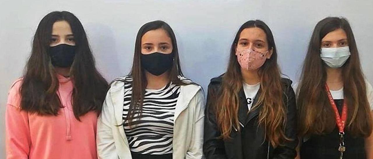 Por la izquierda, Érika Suárez, Alicia Méndez, Mara García y Daniela Rodríguez, estudiantes del IES Galileo Galilei de Navia. | Reproducción de D. Á.