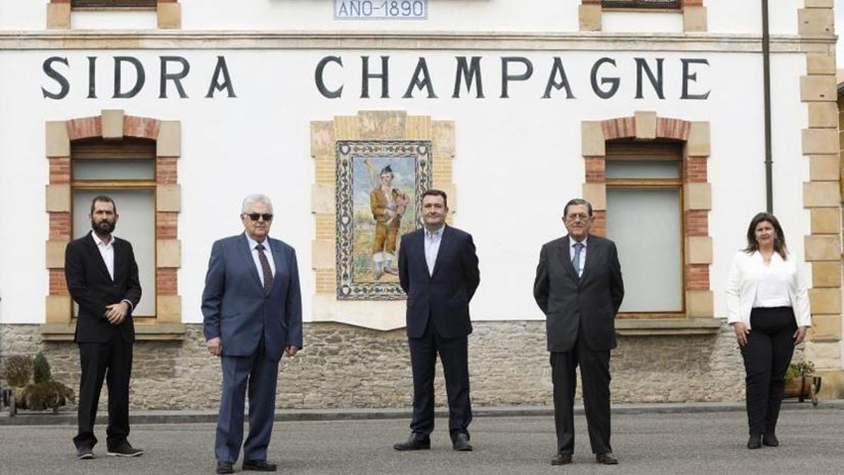 Javier Bermejo, director financiero (quinta generación); Bernardo Cardín, presidente (cuarta generación); Ricardo Cabeza, director general (quinta generación); Jose Cardín, vicepresidente (cuarta generación); y María Cardín, directora comercial y marketing (quinta generación).