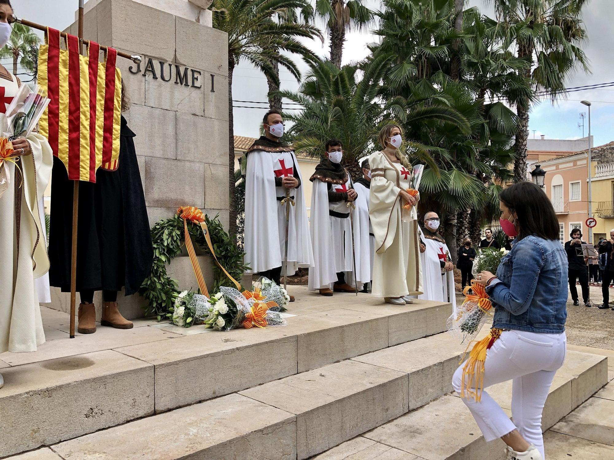 Almassora entrega una corona de laureles a la estatua.