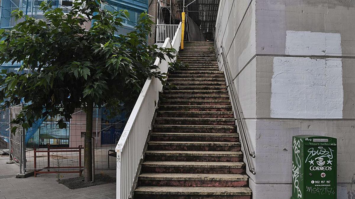 Espazo en branco que deixou a tesela de Xerión en Primo de Rivera.     // CARLOS PARDELLAS
