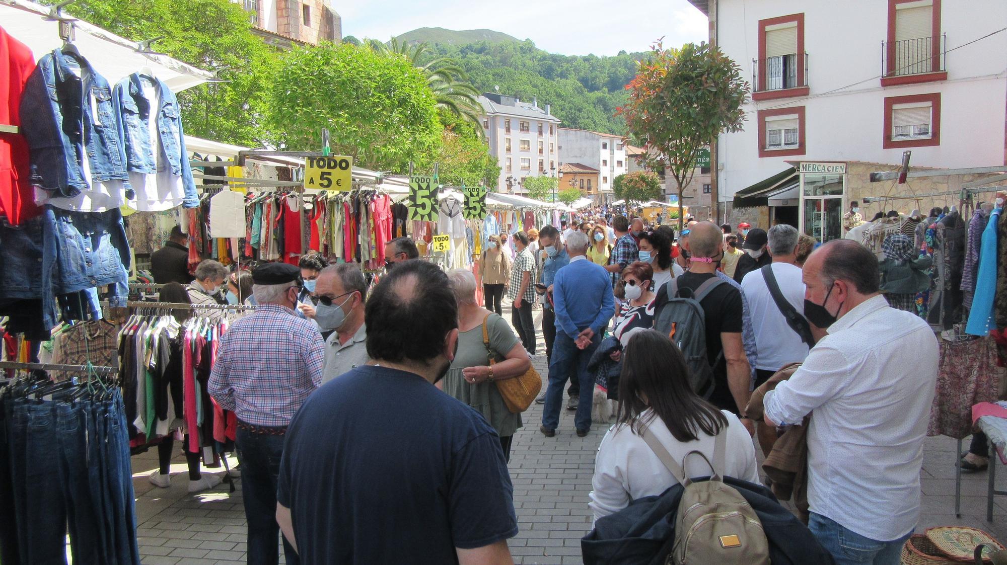 Buena jornada dominicial de visitantes y celebraciones de comunión en Cangas de Onís