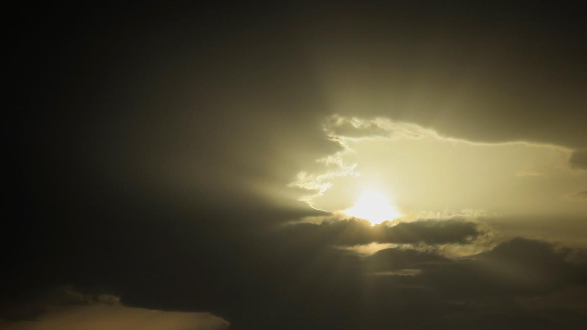 Intervalos nubosos con lluvias débiles por la tarde y subida de temperaturas