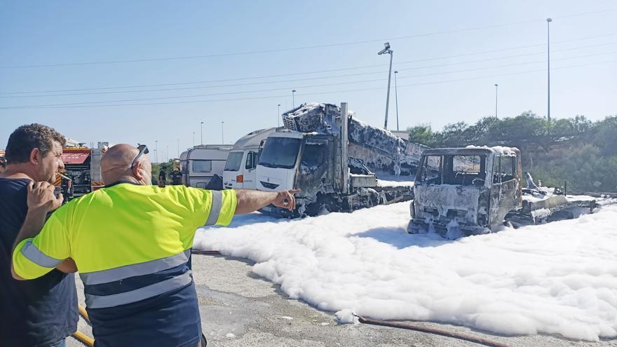 Arden dos camiones en un aparatoso incendio junto a la carretera de Ocaña