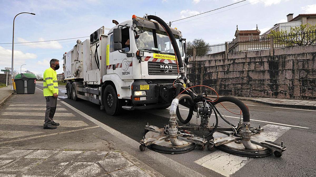 Maquinaria, ayer, trabajando en la Rúa San Paio de A Estrada.   | // BERNABÉ/JAVIER LALÍN