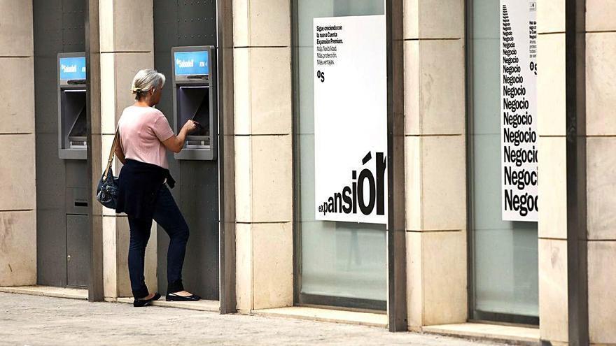 La Generalitat elimina trabas para que la banca abra cajeros en 124 pueblos