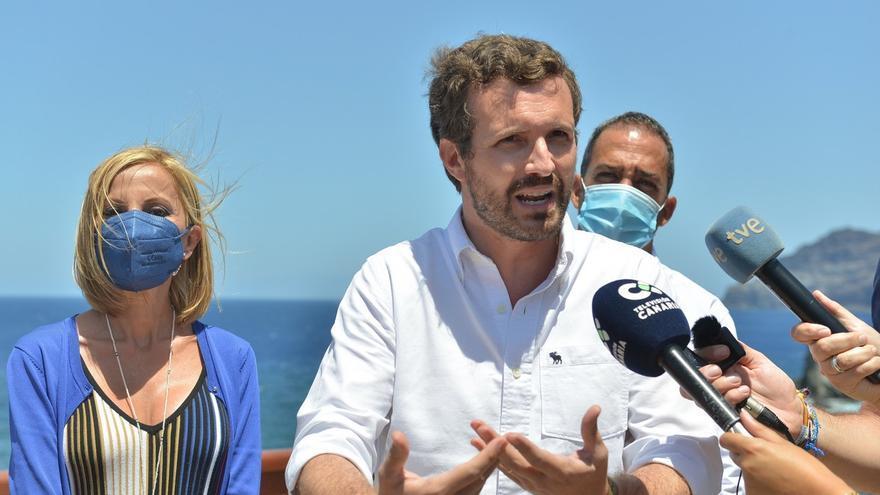 """Pablo Casado exige al Gobierno más medios y menos """"buenismo"""" ante la """"avalancha"""" de migrantes en Canarias"""