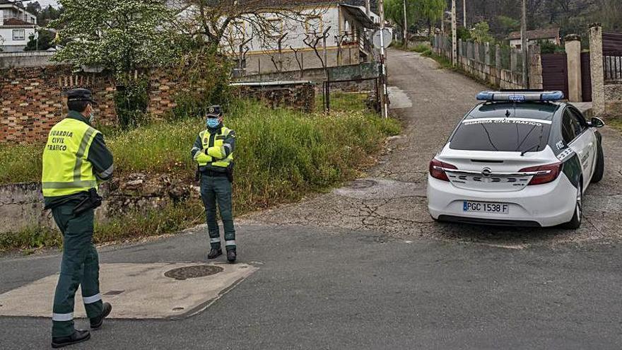 La Guardia Civil se desplegó ayer en Canibelos, con presencia de la unidad GRS y el apoyo también de efectivos de Tráfico. // BRAIS LORENZO