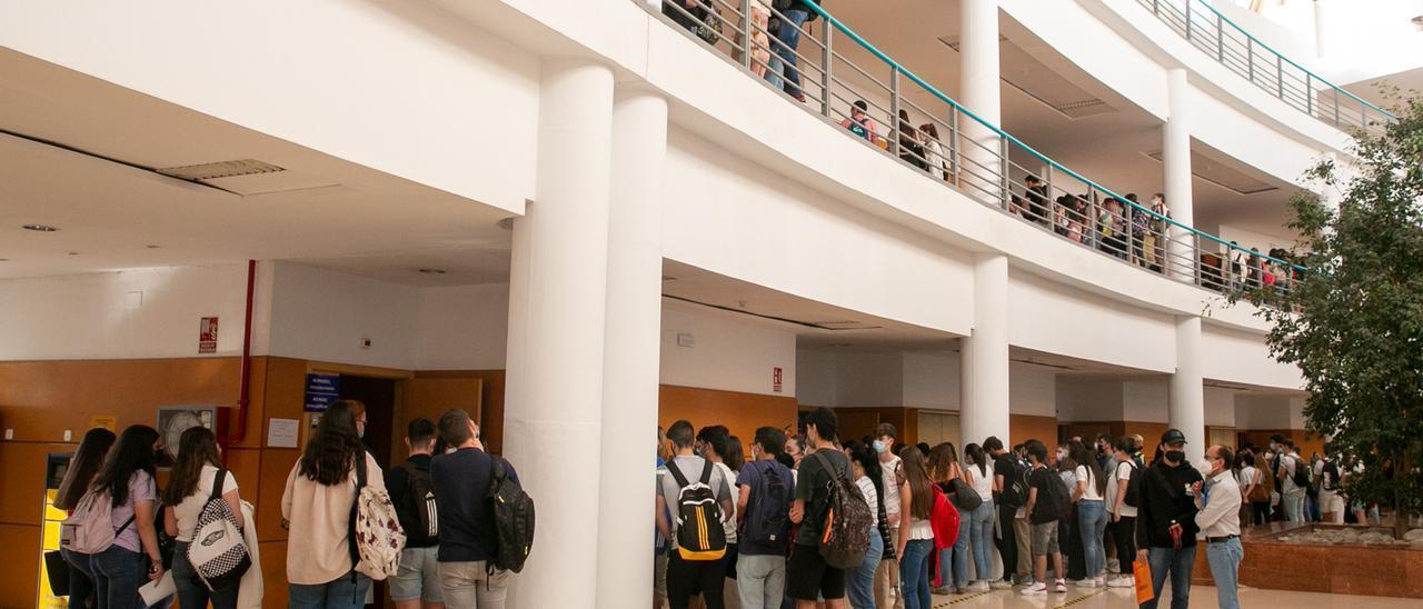 Alumnado a las puertas de su aula respectiva para las pruebas de Selectividad en la UA