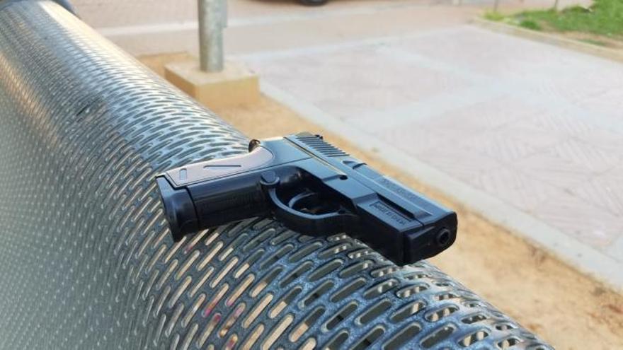 Polizei überwältigt Mann mit falscher Pistole in Arenal