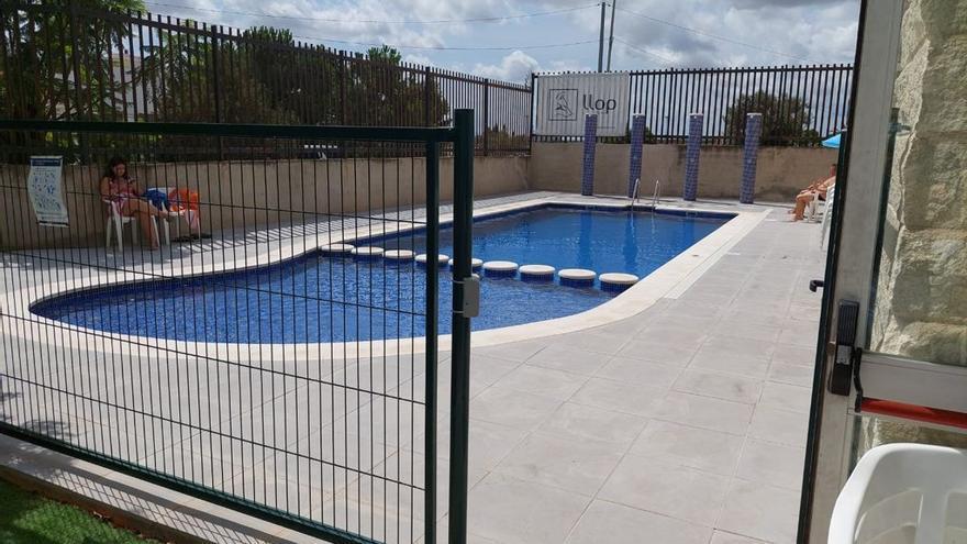 """La asociación de vecinos de Benimàmet tilda de """"metedura de pata"""" la mini piscina de verano"""