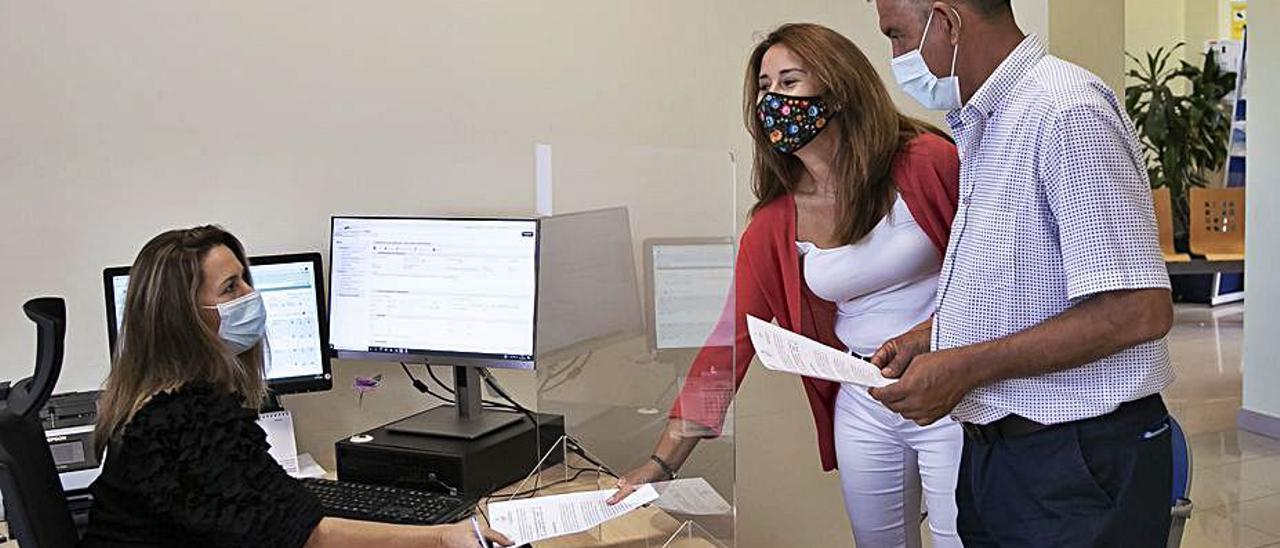 Lola García (CC) y Claudio Gutiérrez (PP) registran la moción en el Cabildo.