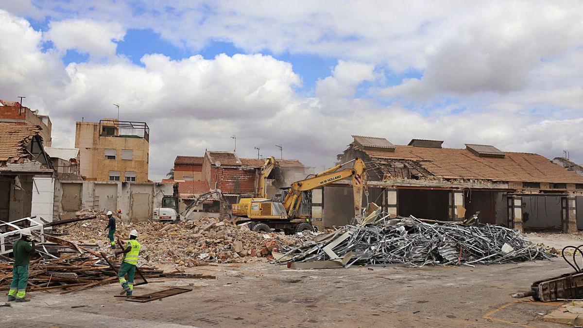 Trabajos de demolición de las antiguas instalaciones de Vera Meseguer    JUAN CARLOS CAVAL