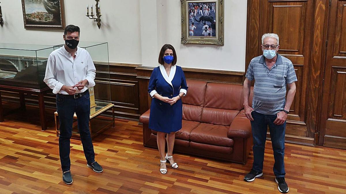 La alcaldesa de Teruel, Emma Buj, junto al concejal Javier Domingo y el presidente de Interpeñas, Carlos Perales. | AYUNTAMIENTO DE TERUEL
