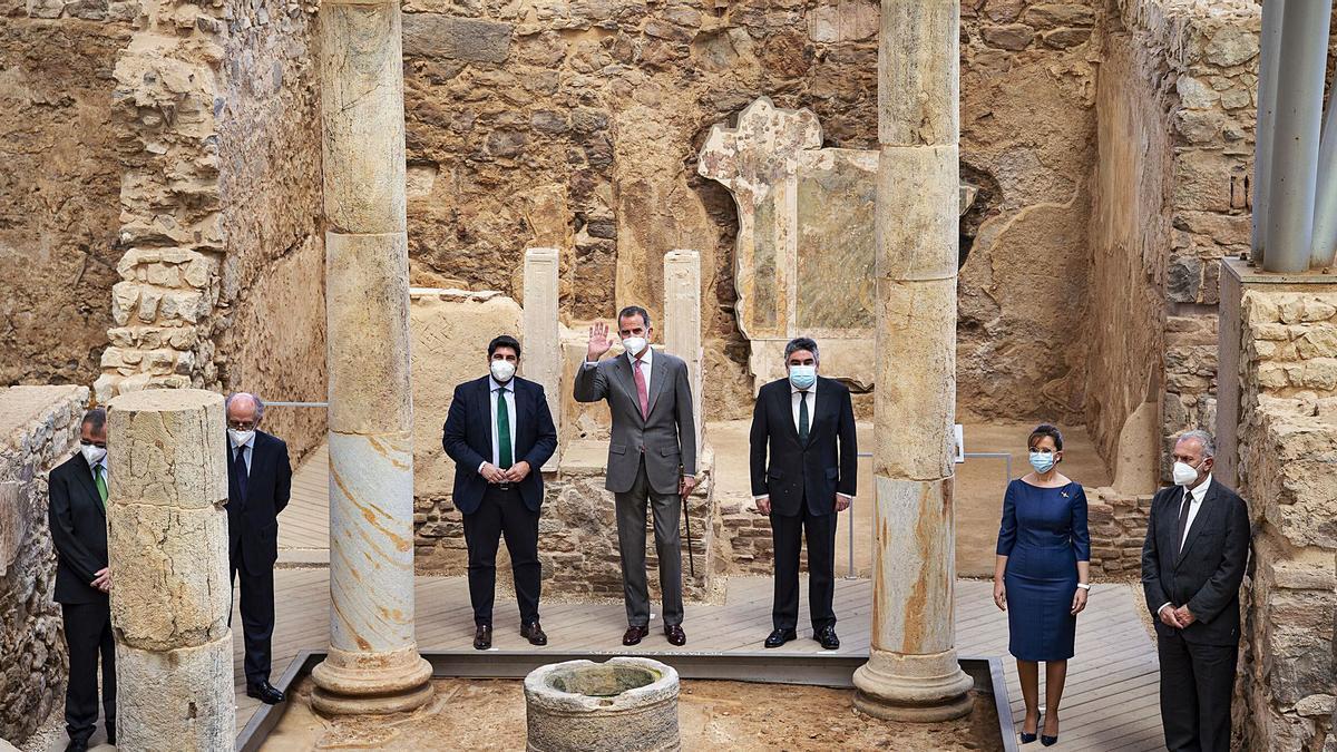 Don Felipe, junto al presidente López Miras y el ministro Rodríguez Uribes, ante las columnas del Foro Romano.  iván urquízar