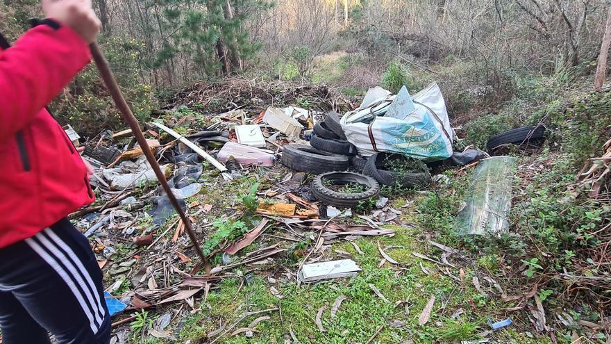Incesante aparición de basura en las playas de la ría y los montes de O Salnés y Ullán