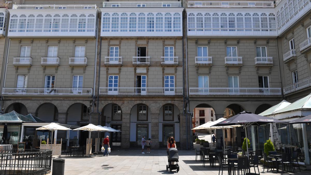 Edificio que sirve de sede a Greenalia en María Pita, en el centro de la imagen.