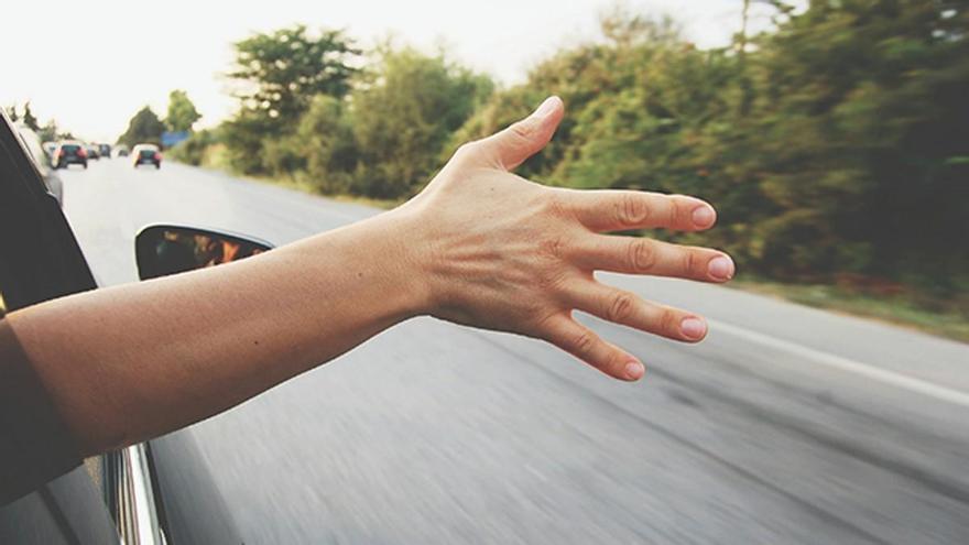 10 señales que hacemos con las manos al conducir y su significado