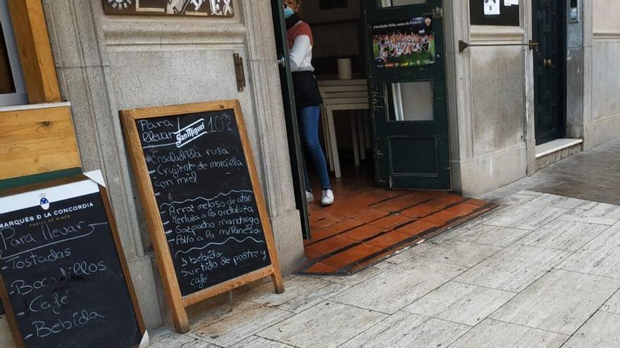 Día 1 con la hostelería cerrada en Elche: desayunos y comidas para llevar como alternativa al letargo