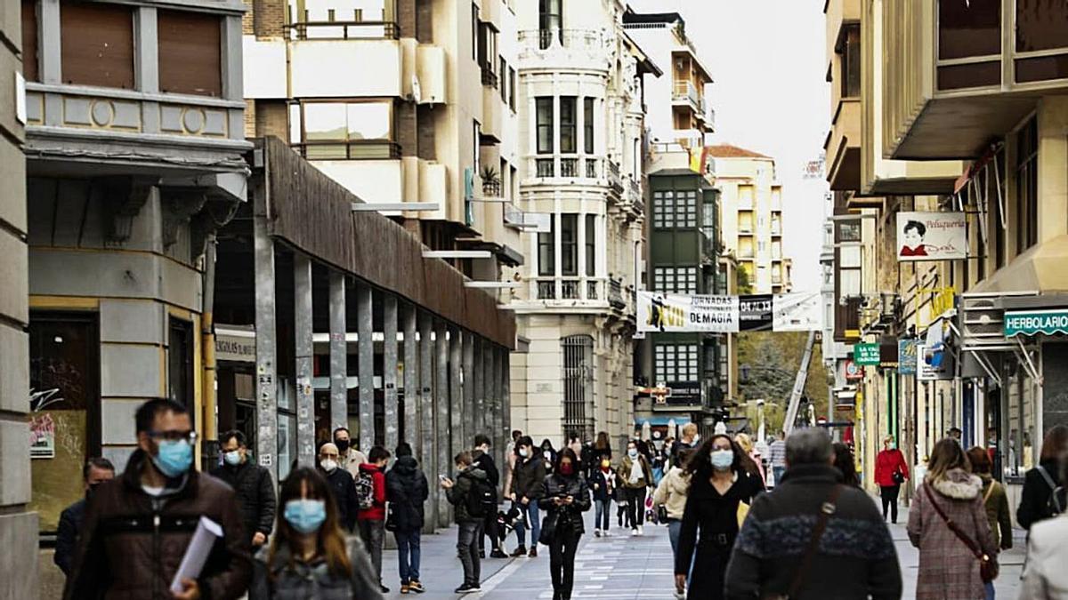 Varias personas pasean por Santa Clara. | Nico Rodríguez