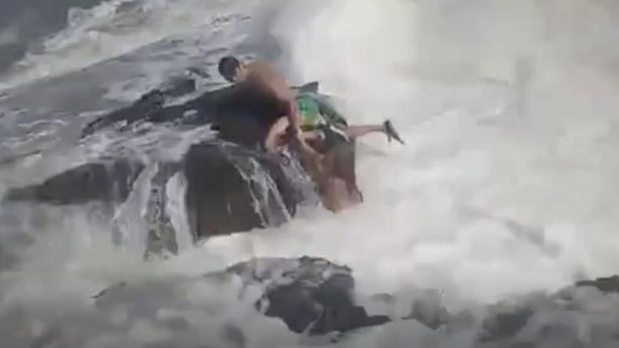 Dos profesores de fitness mueren ahogados por el fuerte oleaje en Torrevieja
