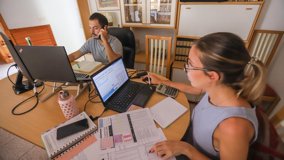 Arturo Illán y Patricia Navarro, que tienen su puesto laboral en Madrid, ahora teletrabajan desde Torrevieja.