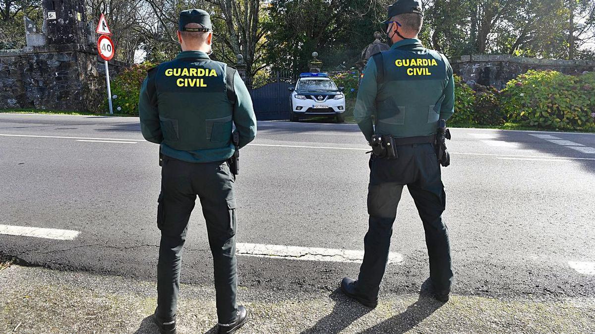 Guardias civiles, el pasado noviembre, a las puertas del pazo de Meirás.     // CARLOS PARDELLAS