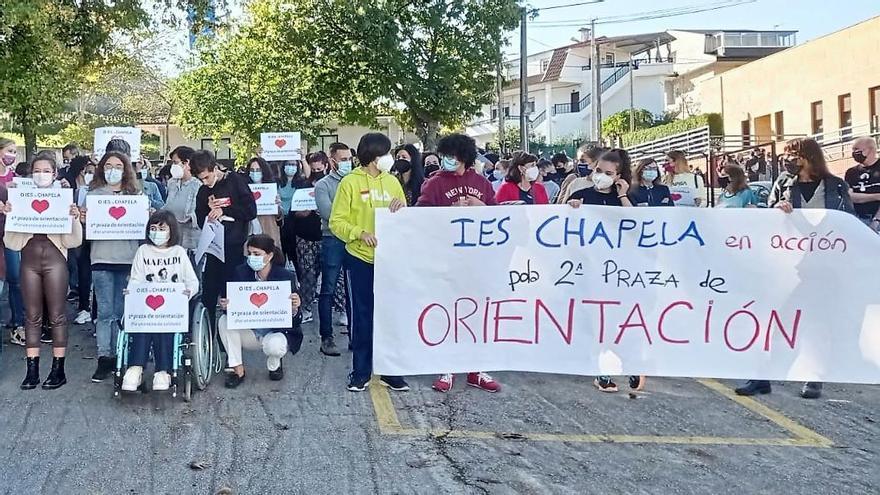 Una protesta reclama una segunda plaza de orientador escolar en el IES de Chapela