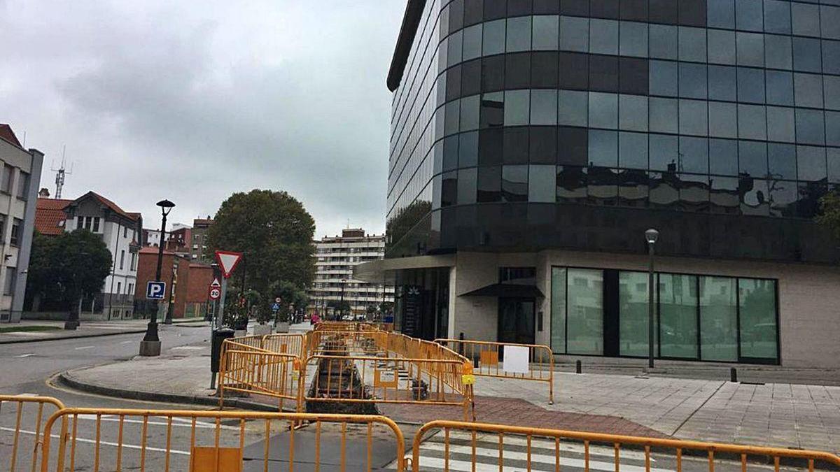 Obras para instalar la red de geotermia en la calle Manuel Suárez de La Felguera.