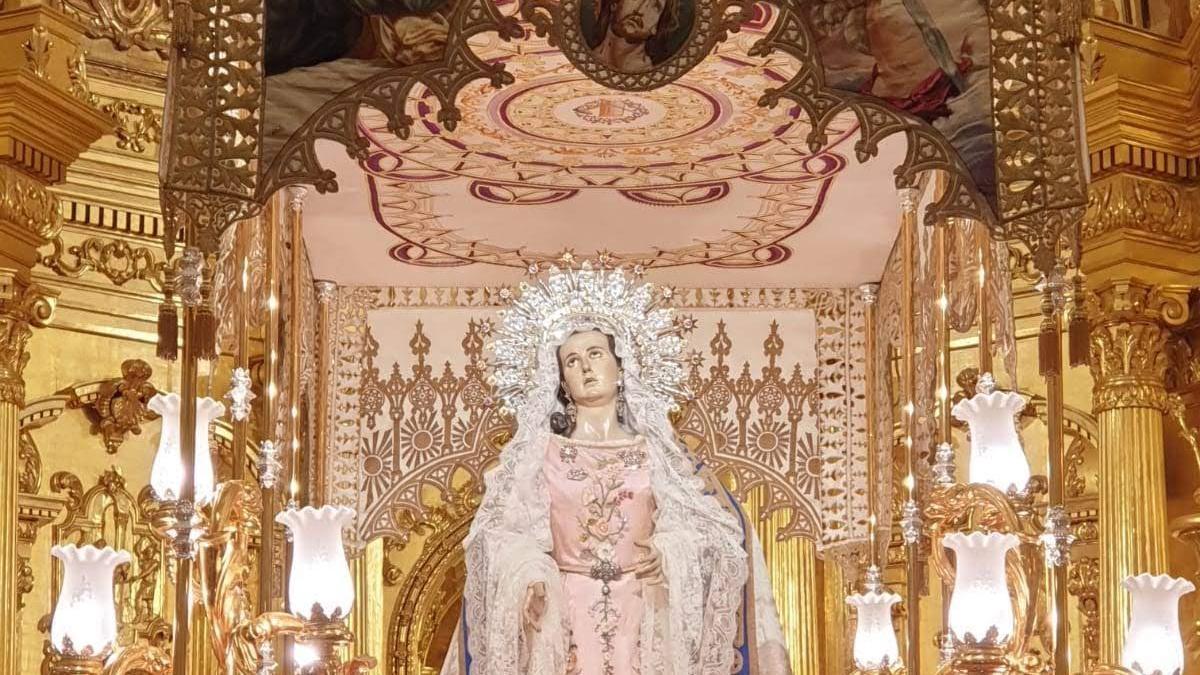 La Virgen de la Amargura, en su trono rodeada de claveles.
