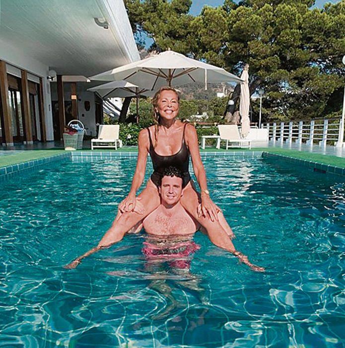Con su madre en la piscina.