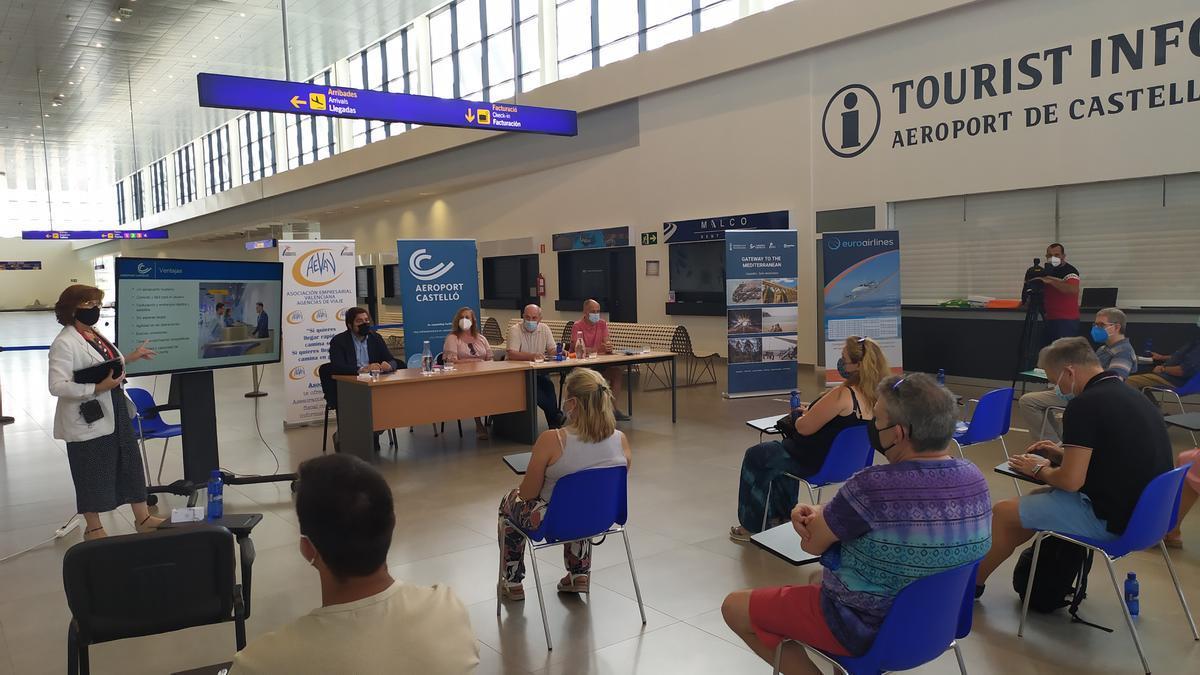 Imagen de la reunión con agencias de viajes en las instalaciones del aeropuerto de Castellón.