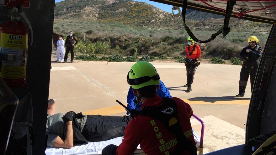 Rescatan en helicóptero a una senderista accidentada en Cartagena
