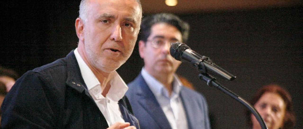Torres quiere oír a las bases del PSOE de La Laguna antes de aprobar la censura