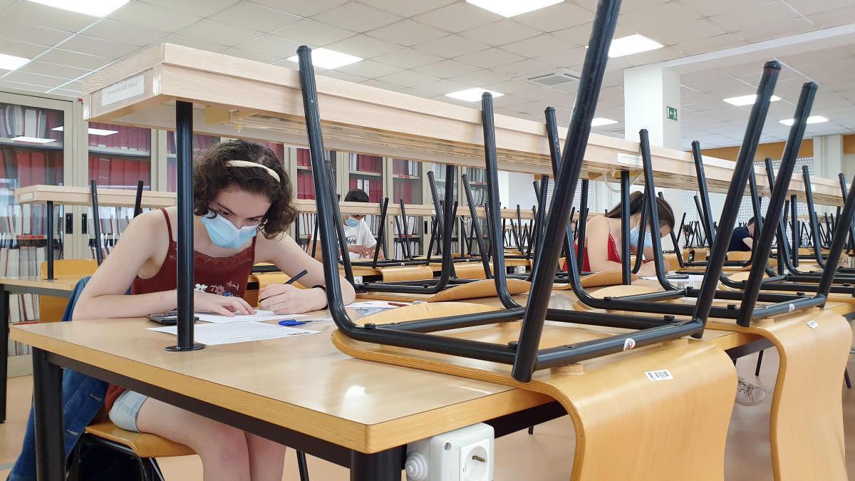 Un estudiante prepara el examen de selectividad // Marta G. Brea