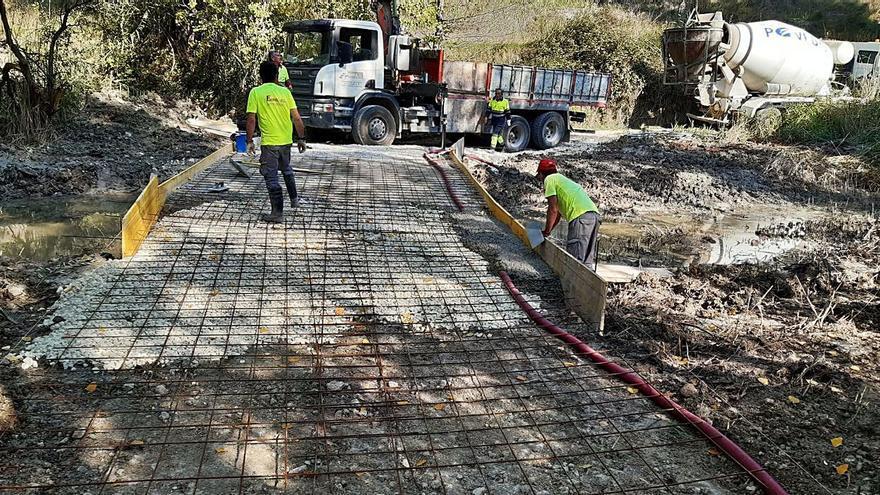 Alcoy habilita un paso para vehículos de emergencias entre el Racó y els Canalons