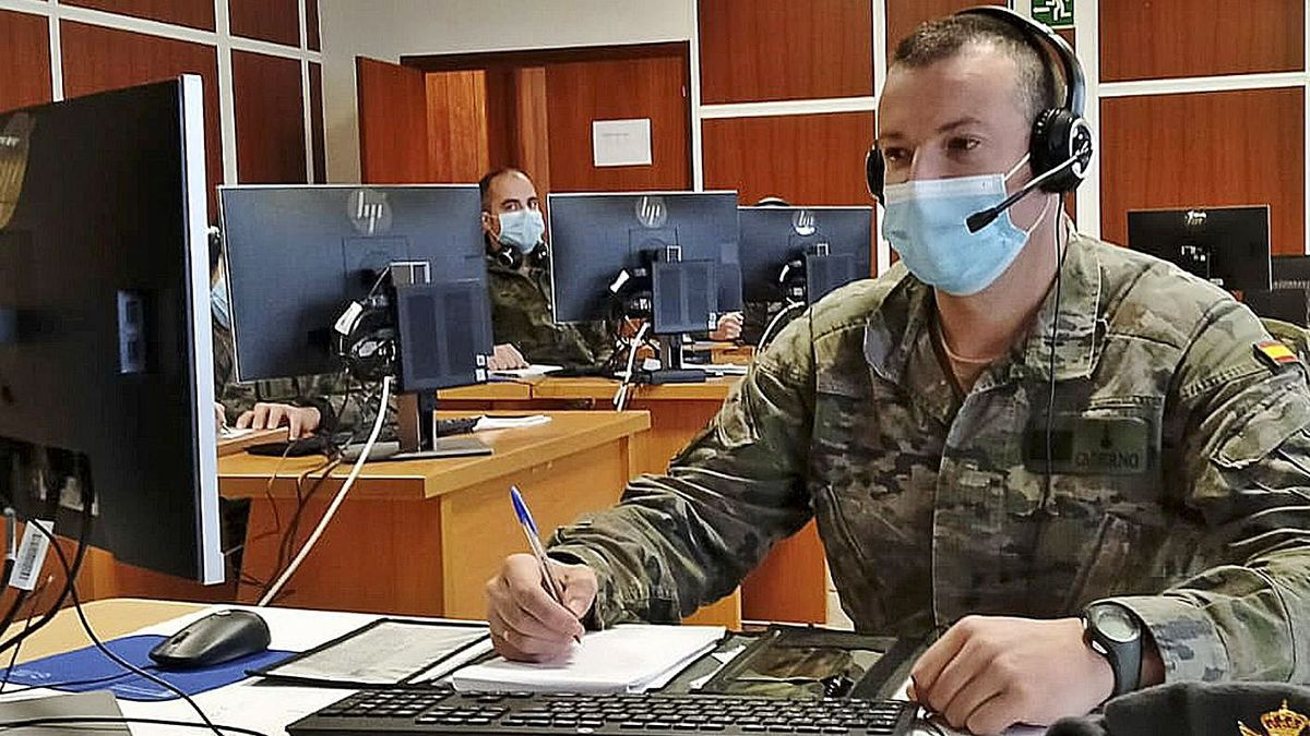 El sargento Alberto Vázquez, en la oficina de la Brilar.     // IÑAKI OSORIO