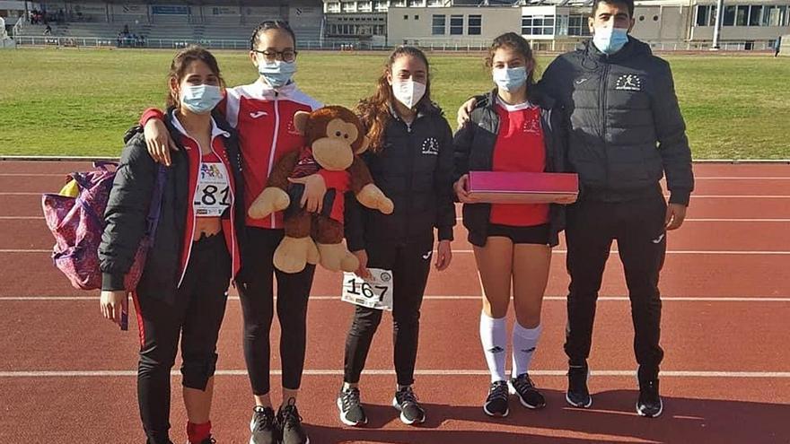 El Clube Escola de Atletismo Deza regresa a las pistas en Pontevedra
