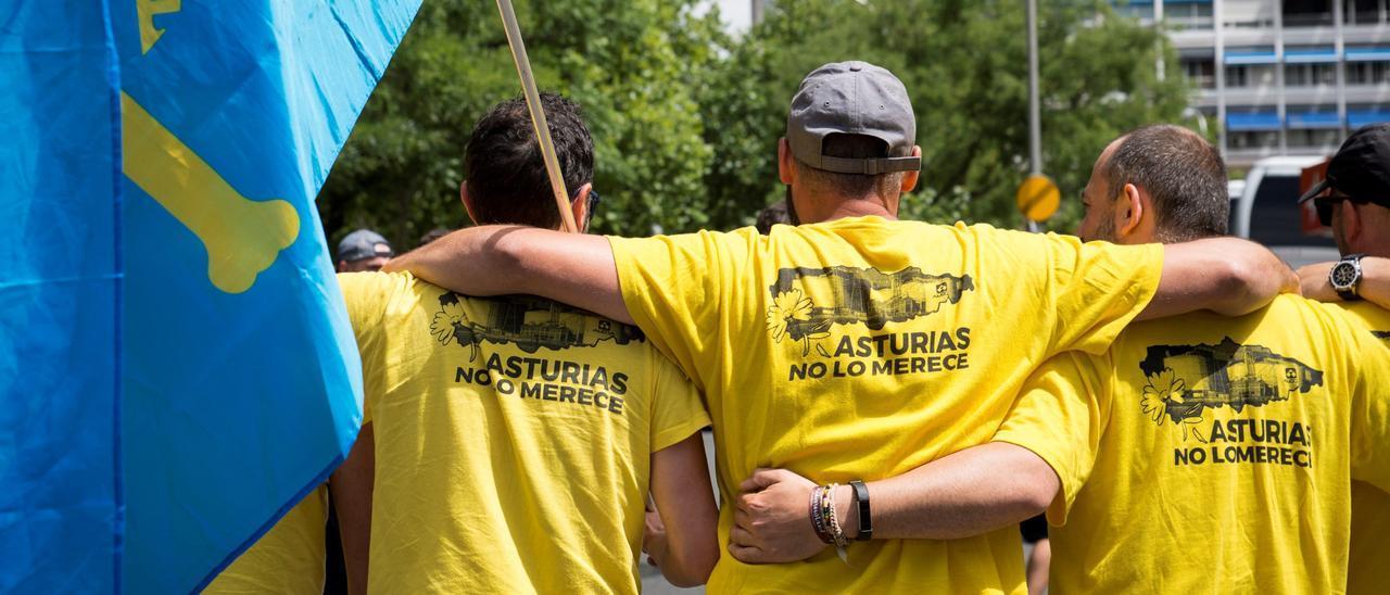 Un grupo de trabajadores de la antigua Alcoa, abrazados en una pasada movilización.
