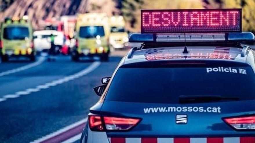 Tres policías heridos al ser embestidos por un vehículo en Barcelona