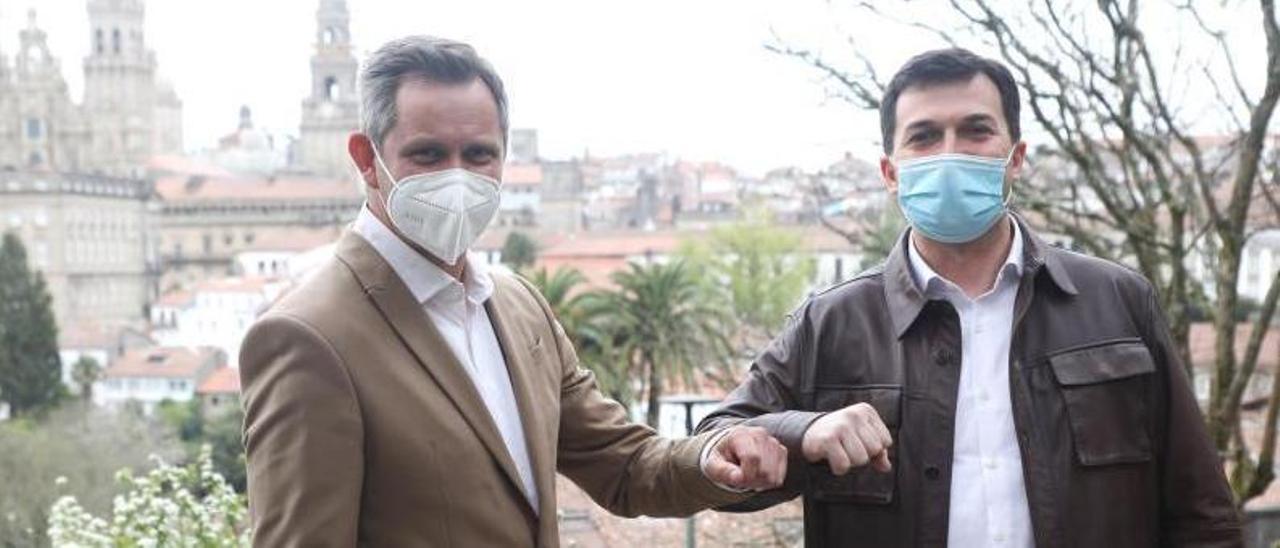 José Manuel Miñones, a la izquierda, y Gonzalo Caballero, ayer en Santiago.     // XOÁN ÁLVAREZ