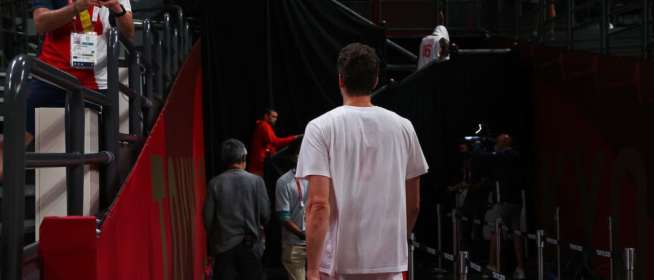 Pau Gasol se retira a los vestuarios con su hermano Marc al fondo tras la derrota ante los Estados Unidos