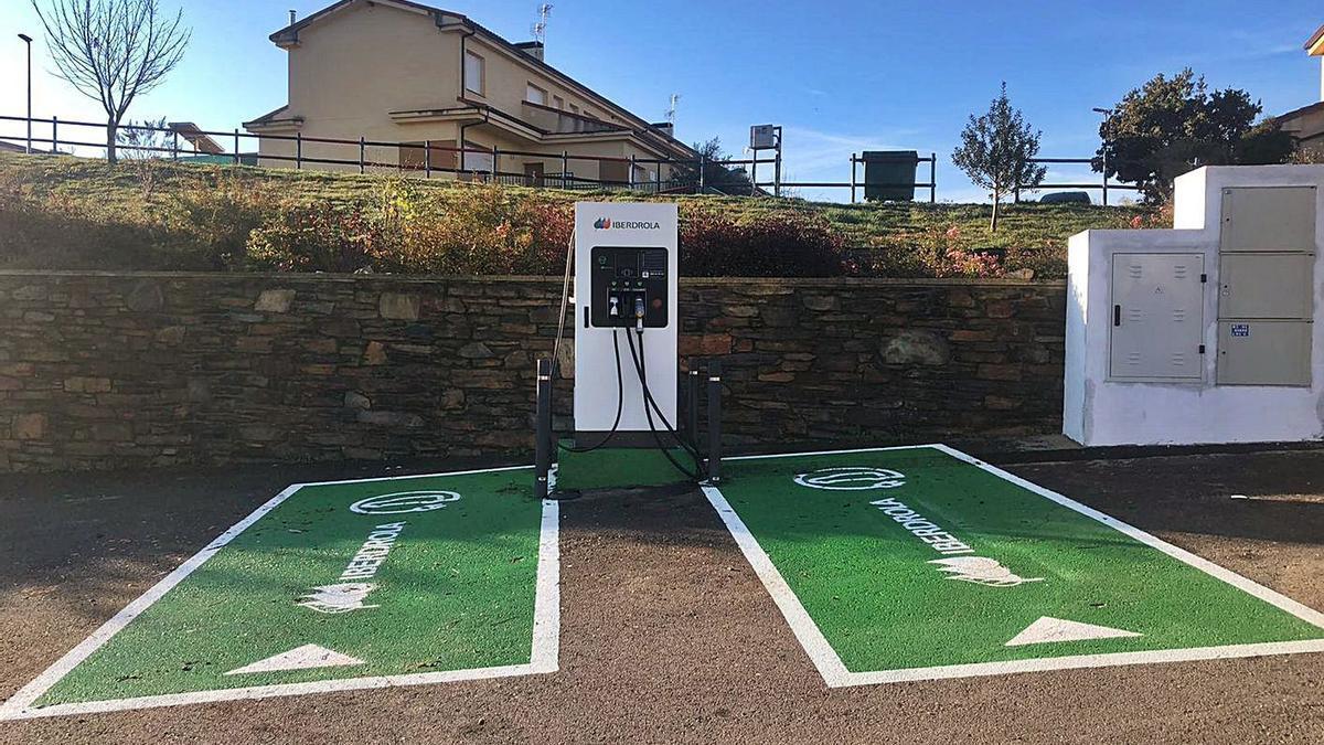Punto de recarga de vehículos eléctricos recientemente instalado en el municipio de Trabazos. | Ch. S.