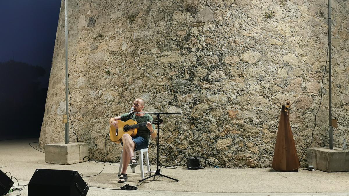 El cantautor de Tavernes Quim Sanç durante su actuación en Piles