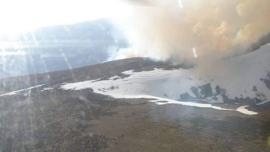 Incendio bajo cero: arde el monte en Ourense mientras nieva en toda España