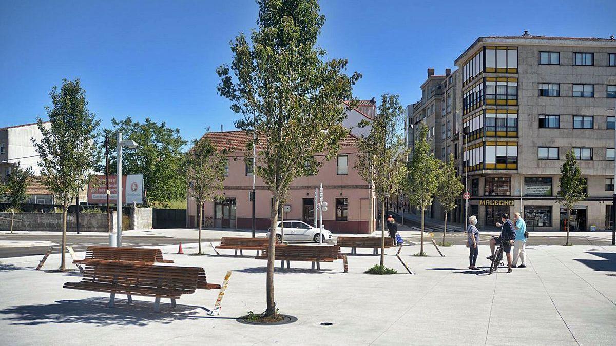 La nueva plaza creada en la cabecera norte del puente de O Burgo.