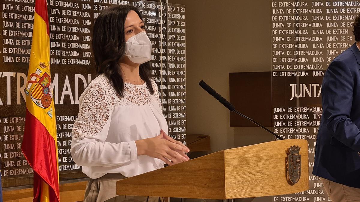 La consejera de Educación y Empleo, Esther Gutiérrez, en rueda de prensa.