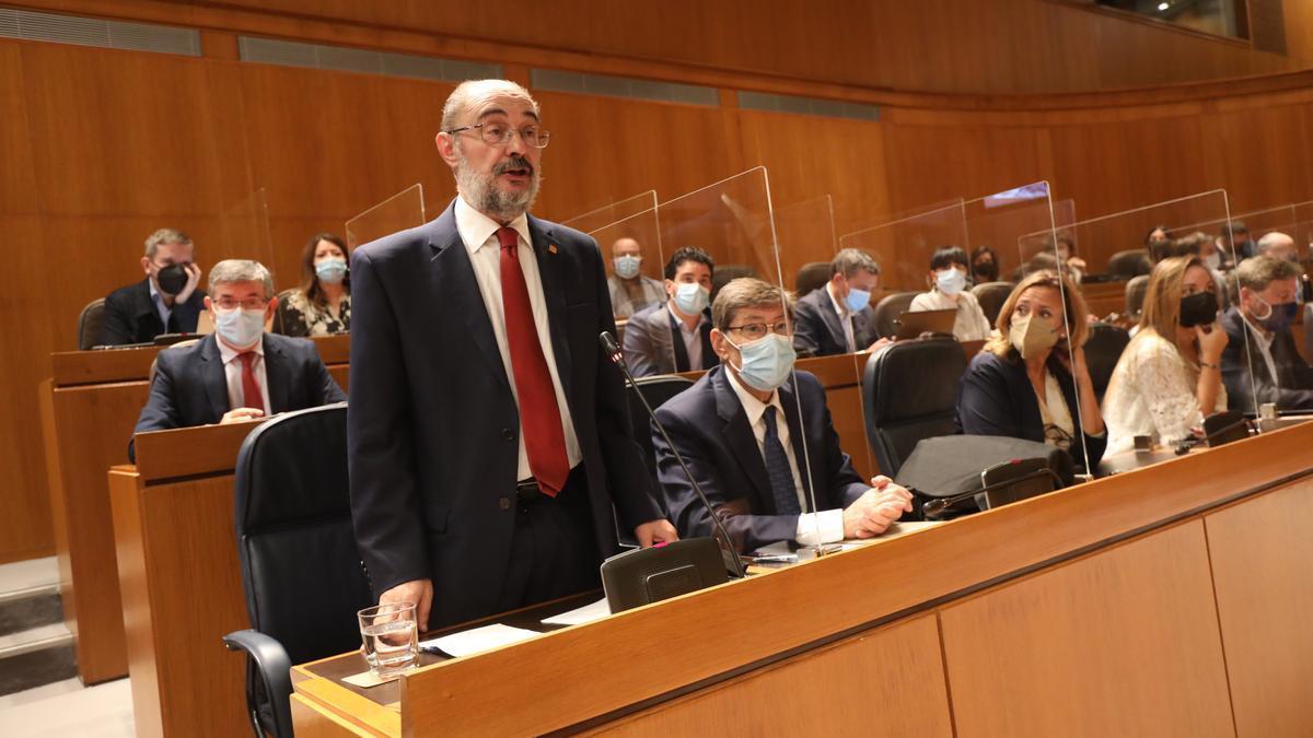 El presidente del Gobierno de Aragón, Javier Lambán, responde a Luis María Beamonte, este viernes en el pleno de las Cortes de Aragón.