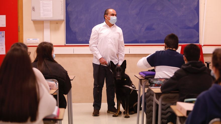 Así es el día a día del Sebas Sierra, ciego de nacimiento y profesor de Historia en el Instituto de La Corredoria