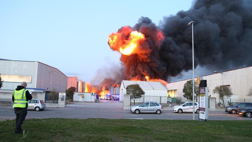El incendio de una empresa de pinturas genera una gran columna de humo en Venta de Baños (Palencia)